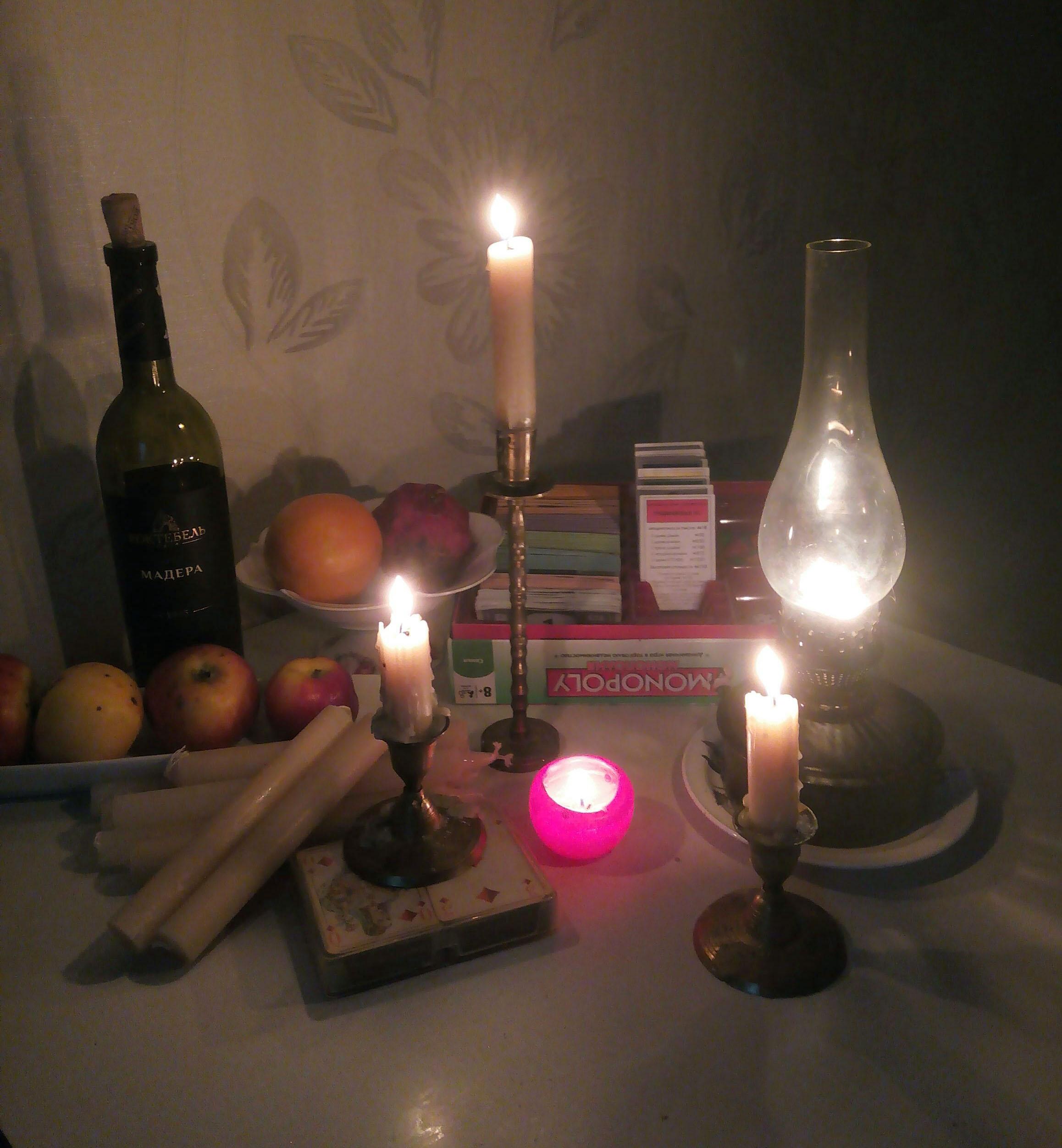 """блэкаут в Крыму, свечи, керосиновая лампа, мадера, """"Монополия"""", карты"""